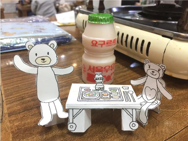 展覧会のために、ソウルへ家族で旅行した時に、現地の焼肉屋さんで作ったくまちゃん親子の定食セット。見たものをそのまま作ってみるのも楽しいです。韓国のヤクルトも作りました(笑)