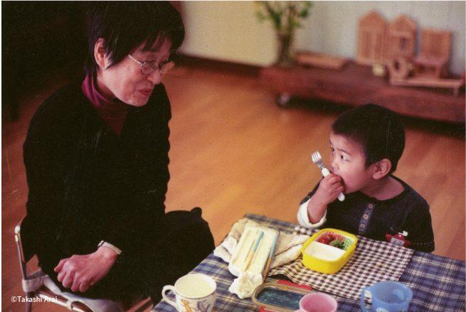 折原先生と男子園児が見つめ合うお弁当の風景写真