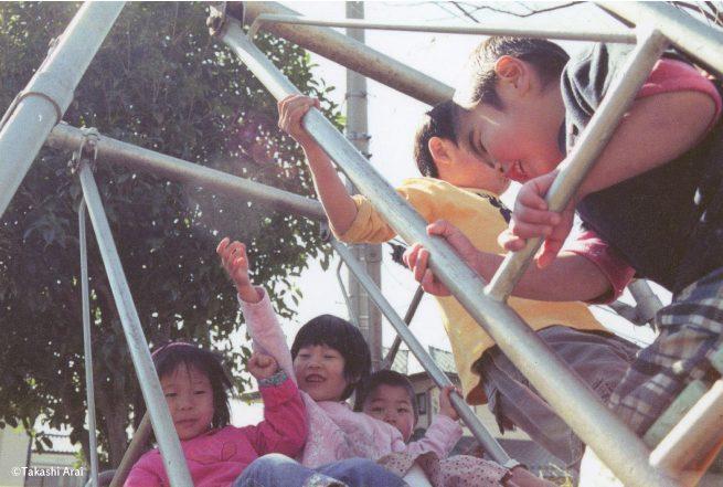 園庭の遊具で遊ぶ子どもたち