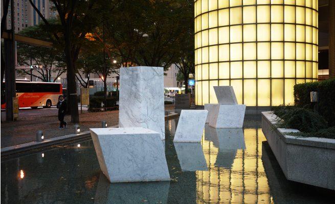 西新宿にあったオブジェ。7つの石がたちならぶ。