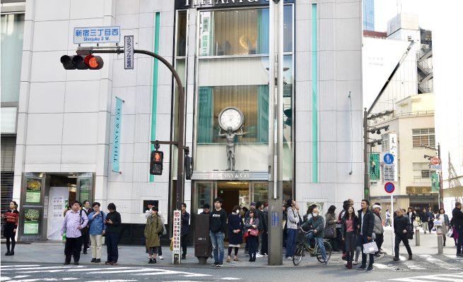 新宿の交差点、アトラスの像があるお店が見える