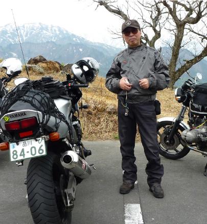 大型バイクと写真におさまる坂川さん
