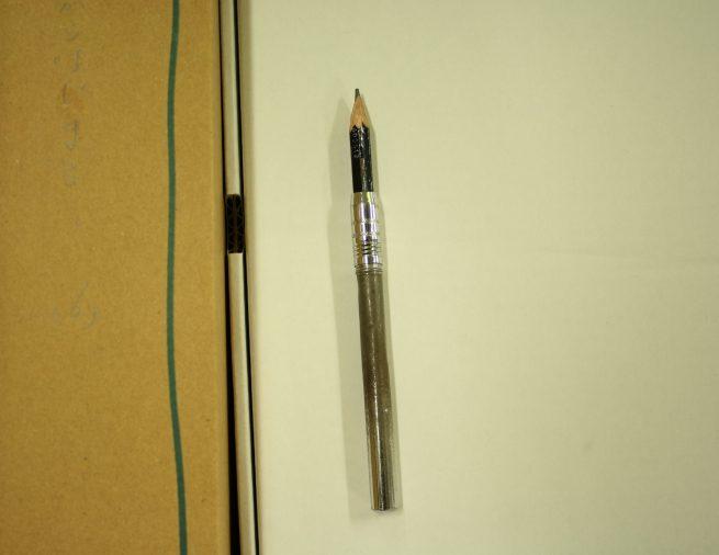 鉛筆ホルダーとセットされたえんぴつの写真