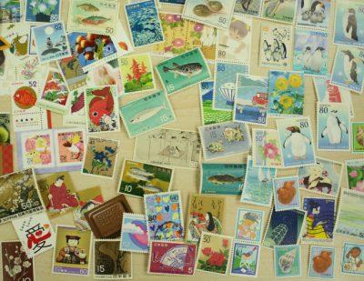 たくさんの切手が散らばっている写真