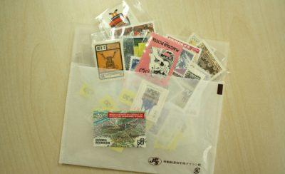 ふくろに入った切手たくさんの写真