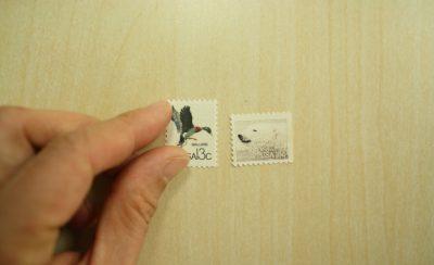 海外の切手が2枚ならんでいる写真