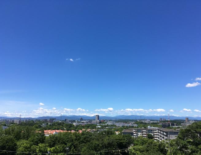 多摩パノラマの丘からみた絶景。とおくに秩父や奥多摩の山々が見える