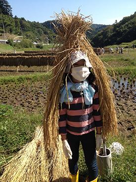 子どもがふざけて稲束をあたまからかぶって雪んこのような姿に。
