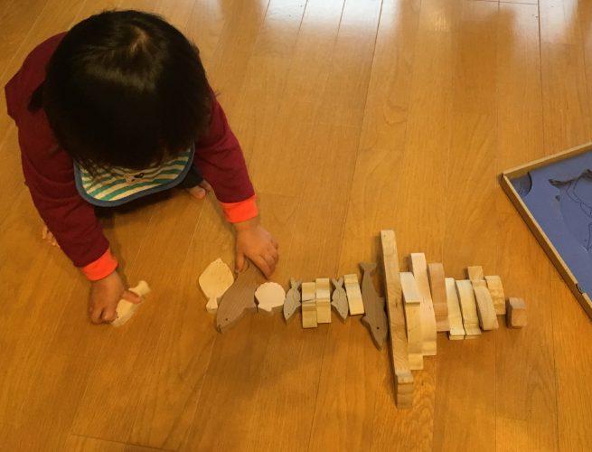積み木をならべる子どもの写真