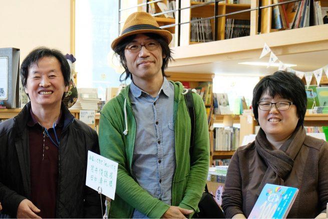「100かいだてのいえ」シリーズの著者、いわいとしおさんとヨンスさん(左)、ジョンアさん(右)