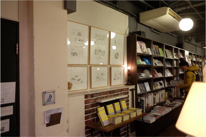 店内の写真。壁面に原画が6枚飾られている