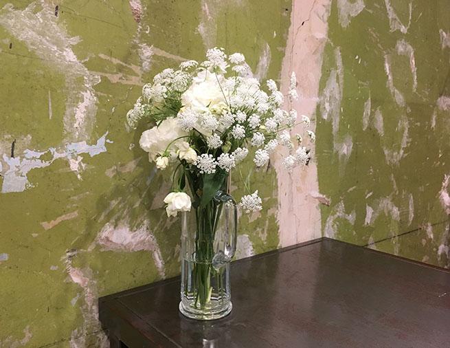 白い花が花瓶に飾られている写真