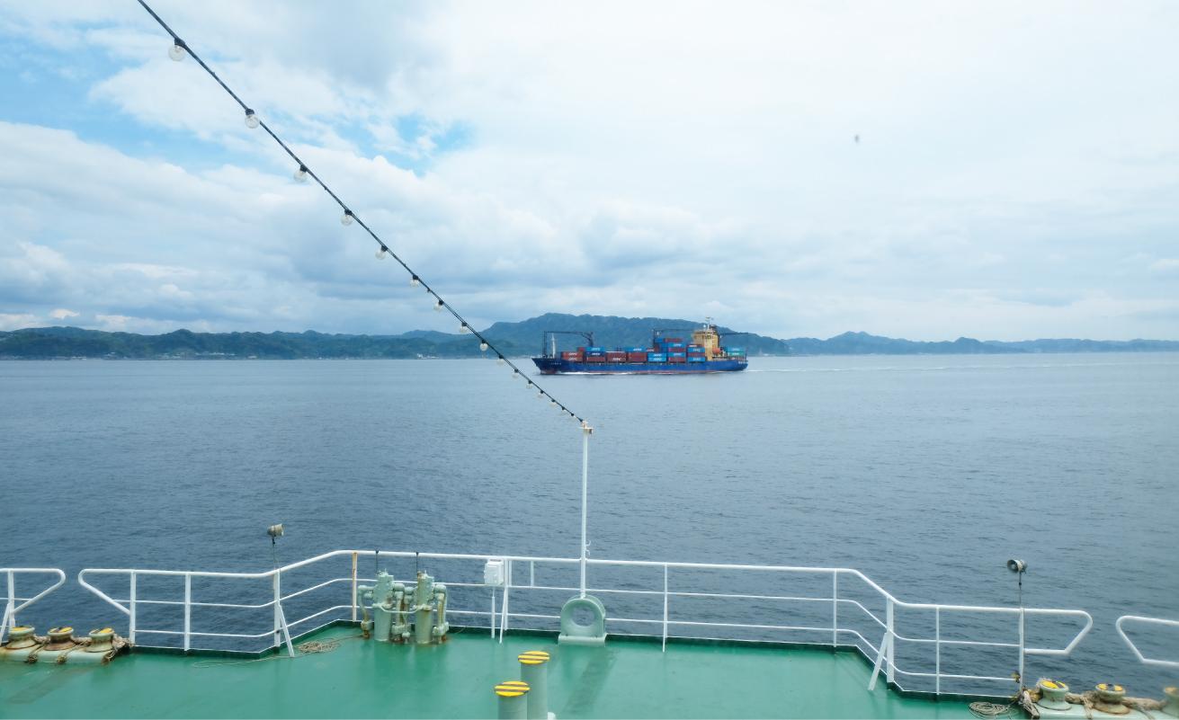 フェリーからながめた海。タンカーが見える