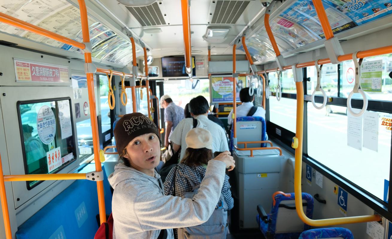 バスで久里浜港へむかう。バスのなかの写真