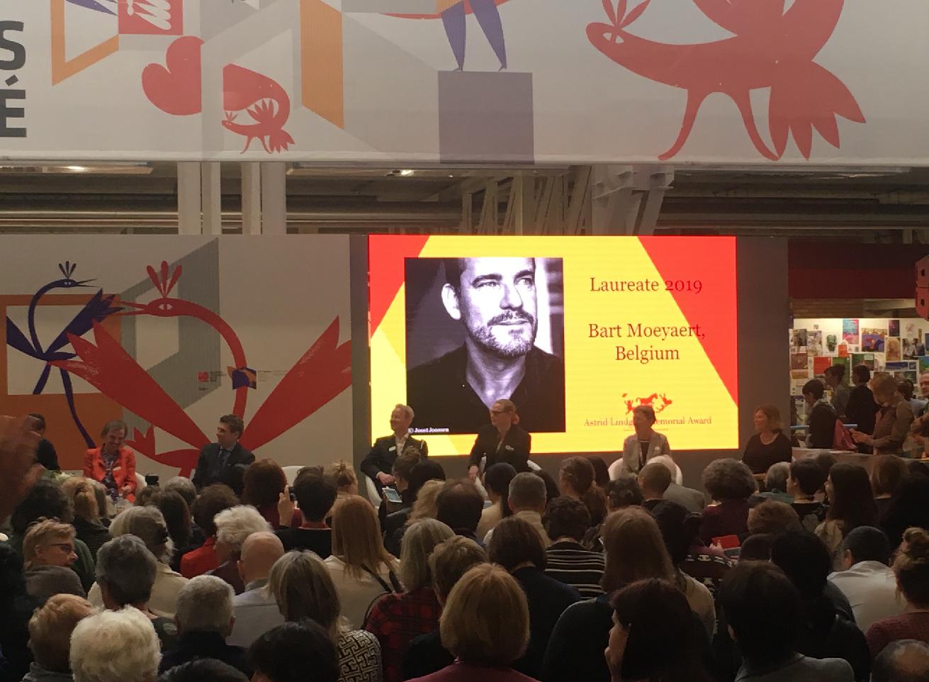 リンドグレーン賞授賞式。手前に聴衆、奥にスクリーン。