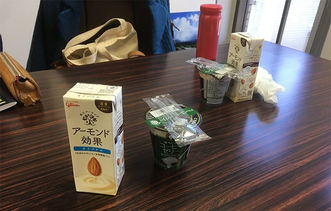 テーブルにならぶコーヒーゼリーと飲み物の写真