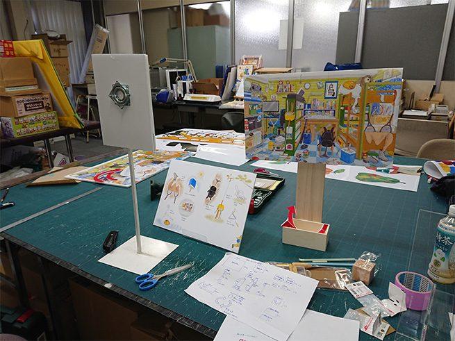 ディスプレイを作る作業台と設計図の写真